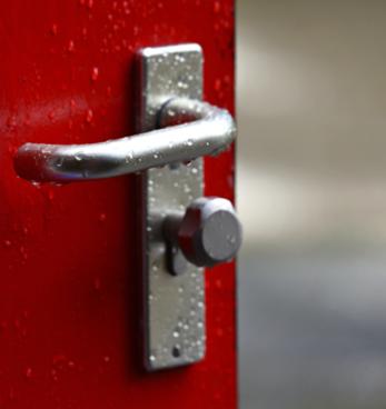 Как да почистим дръжка на врата?